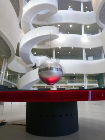 Pendule de Foucault instrumenté dans la bibliothèque universitaire du Havre
